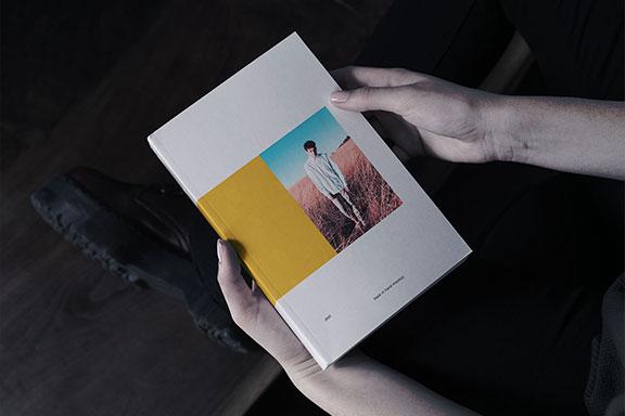 逼真的精装书封面展示样机PSD模板 Book in Hand Mockup