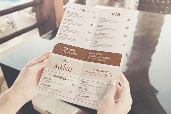 手持打开双折页菜单设计预览图样机模板 BI-FOLD MENU IN HAND MOCKUP PSD